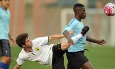 Ramires domina a bola em sua estreia no time chinês Foto: Divulgação
