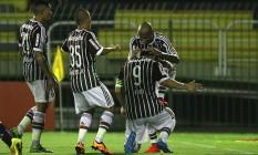 Os jogdores tricolores comemoram o gol de Fred. Ao fundo, parte da arquibancada vazia Foto: Divulgação/Fluminense