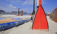 Posto 6 em Copacabana tem quase 10 locais para aluguel da prancha Foto: Luiz Ackermann / Agência O Globo