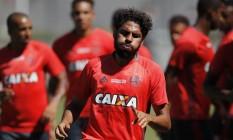 Wallace durante treino do Flamengo: zagueiro diz ter a confiança do técnico Muricy Ramalho Foto: Gilvan de Souza / Agência O Globo