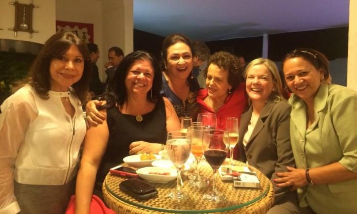Kátia Abreu com m deputada Laura Carneiro (PMDB-RJ), a ex-ministra Eleonora Menicucci e as senadoras Gleisi Hoffman (PT-PR) e Fátima Bezerra (PT-RN)