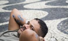 """""""Mesmo na pobreza, há preocupação estética e cultura pop"""", explica desenhista Foto: Ana Branco / Agência O Globo"""