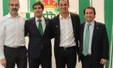 Damião, segundo da direita para a esquerda, entre dirigentes do Betis Foto: Divulgação
