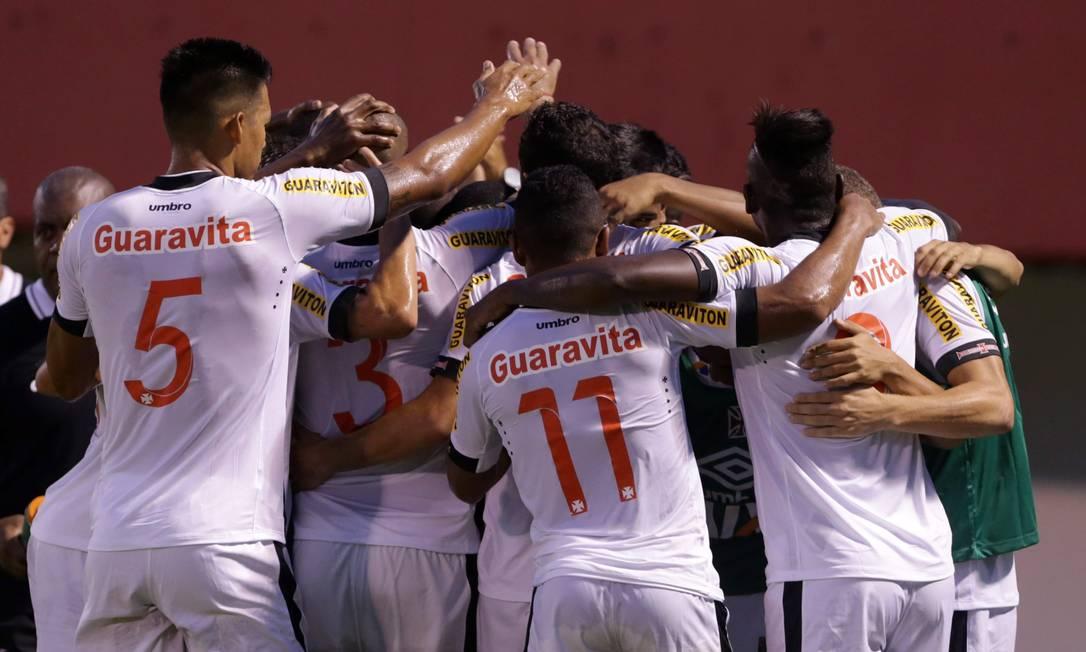 Nenê comemora com os companheiros seu segundo gol no Campeonato Carioca Marcelo Theobald