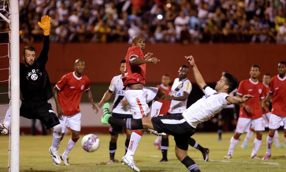 Zagueiro Luan disputa a bola na área do América Marcelo Theobald / Agência O Globo