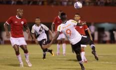 De voleio, Riascos fez o segundo gol do Vasco contra o América Foto: Marcelo Theobald / Agência O Globo