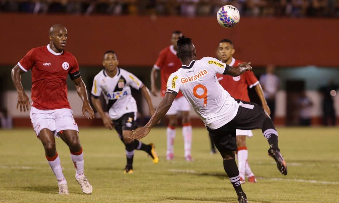 De voleio, Riascos fez o segundo gol do Vasco contra o América Marcelo Theobald / Agência O Globo