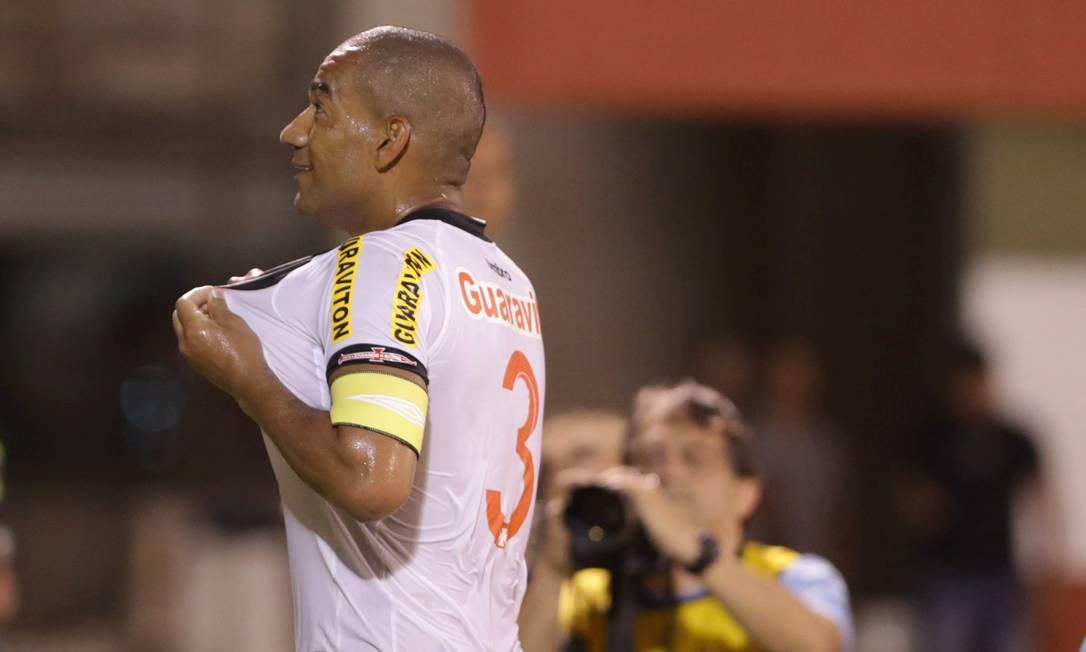 Rodrigo exibe o escudo ao marcar o terceiro gol Marcelo Theobald / Agência O Globo