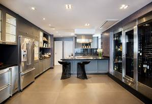 A cozinha gourmet tem eletrodomésticos da Viking, com destaque para a grande adega Foto: MCA Studio / Divulgação