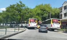 Moradores reclamam que ônibus bloqueiam trânsito em praça do Grajaú Foto: Foto enviada pela leitora Gabriela Nascimento para o Whats App do GLOBO / Eu-Repórter