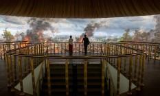 Um guia mostra a pintura panorâmica que alude à história cambojana, no Museu Angkor Panorama, em Siem Reap Foto: LUC FORSYTH / NYT