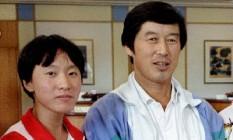 O técnico de atletismo chinês Ma Junren (à direita) posa com a recordista mundial dos 3.000m e dos 10.000m, Wang Junxia, em foto de arquivo. Os dois estão no centro de uma suspeita de uso sistemático de doping nos anos de 1990, que agora está sendo investigado pela IAAF Foto: STRINGER / REUTERS