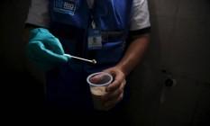 Agente da secretaria de Saúde do Rio utiliza composto químico no combate ao mosquito Aedes aegypti Foto: Pilar Olivares / Reuters