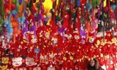 Macacos em lojas são expostos antes das festas do Ano Novo Lunar Foto: KIM KYUNG-HOON / REUTERS