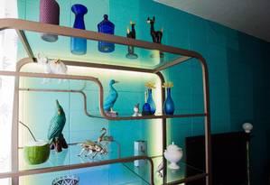 Efeito. Na sala da publicitária Lilli Kessler, mangueira de luz fica escondida atrás de uma estante de ferro Foto: Barbara Lopes / Agência O GLOBO