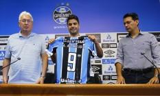 Henrique Almeida exibe a camisa do Grêmio Foto: Divulgação