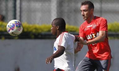 Mancuello, à direita, dá o combate em jogo-treino nesta sexta-feira, na Gávea Foto: Divulgação