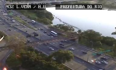 Linha Vermelha chegou a ser fechada durante uma operação do Bope na Maré Foto: Divulgação / Centro de Operações Rio