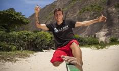 Em Itacoatiara, o slackliner de 22 anos especialista em manobras executa alguns movimentos em cima da fita Foto: Hermes de Paula