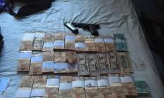 Parte do dinheiro roubado no assalto a banco, em Ipanema, foi recuperada Foto: Divulgação - Polícia Militar