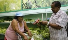 Receita. Ruth e Jacinto reduziram compra de hortaliças para não cortar o alho: a receita do casal é viver de amor Foto: O Globo / Domingos Peixoto