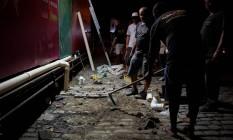 Operários trabalham de madrugada para fazer nova conexão e liberar os banheiros em Laranjeiras Foto: Pedro Teixeira/ O Globo