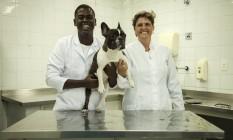 Agnaldo Mendes Júnior, a professora Ana Soares e Sushi, operado em outubro do ano passado Foto: Hermes de Paula