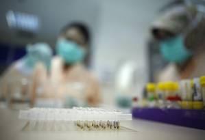 Pesquisa sobre o vírus zika em laboratório na Indonésia Foto: Darren Whiteside / Reuters