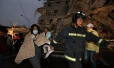 Bombeiros ajudam população em Tainan após queda de prédio Foto: JOHNSON LIU / AFP