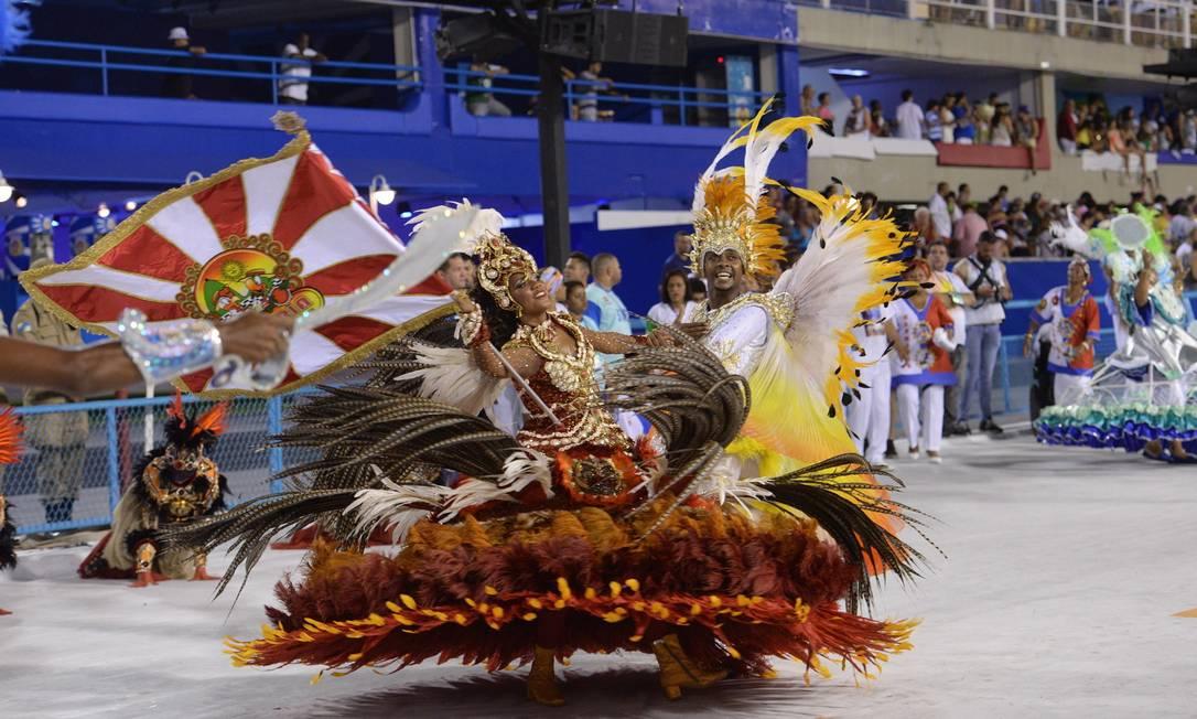 Casal de mestre-sala e porta-bandeira da Alegria da Zona Sul Diego Mendes
