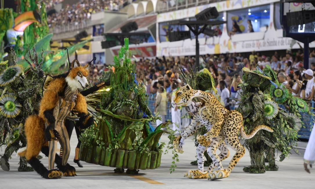 Fantasias caprichadas na comissão de frente da Santa Cruz Diego Mendes/Agência O Globo