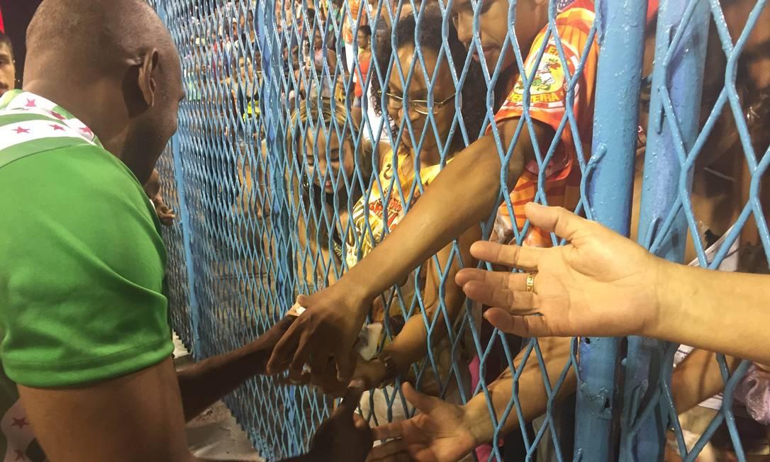 A escola de Jacarepaguá entrou na Sapucaí jogando saquinhos de São Cosme Damião para o público do setor 1 Guilherme Ramalho