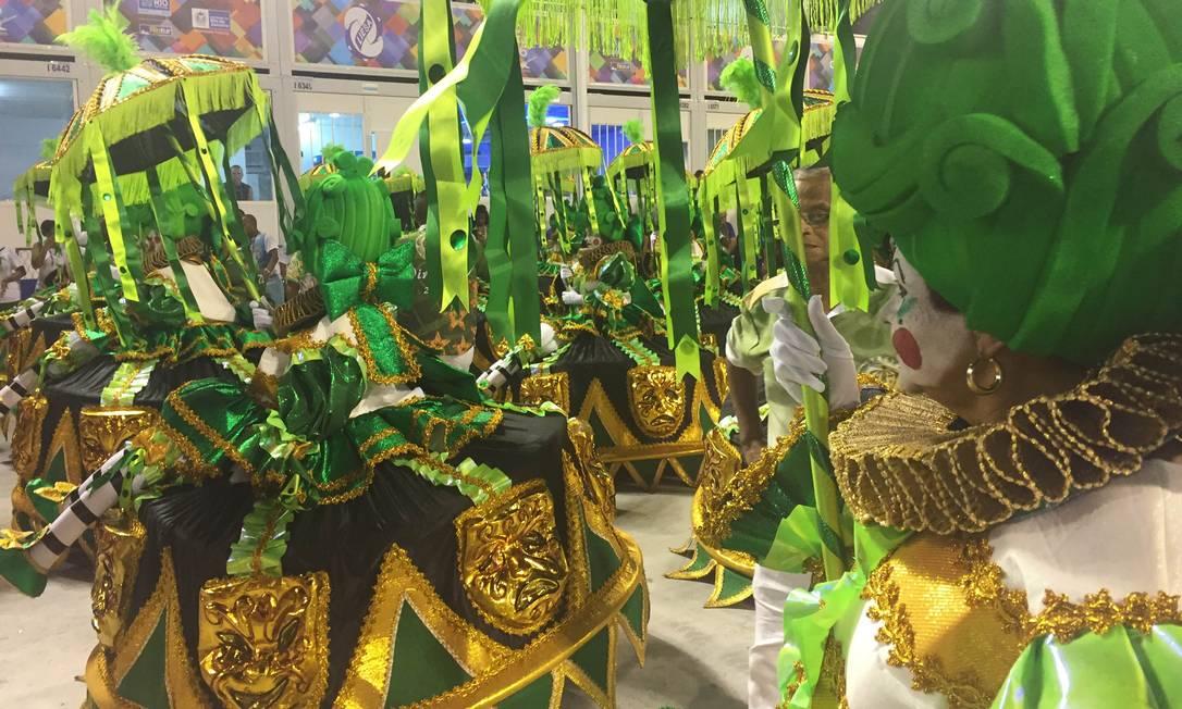 As baianas da Império da Tijuca vieram com rostos pintados, segurando uma sombrinha Guilherme Ramalho