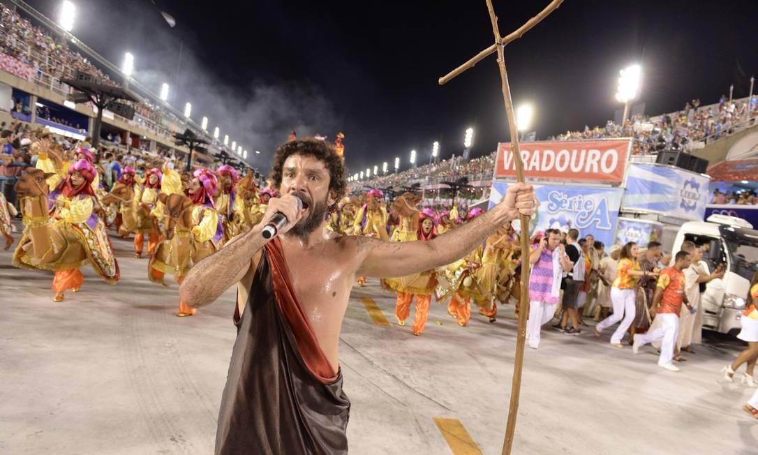 Zé Paulo, intérprete da Viradouro, cantou fantasiado Diego Mendes