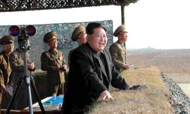 O líder norte-coreano Kim Jong Un assiste a uma simulação de lançamento de foguete feita por unidades áereas do Exército Popular da Coreia (KPA), nesta foto não datada divulgada em Pyongyang em 3 de novembro de 2015 Foto: Aequivo KCNA / REUTERS