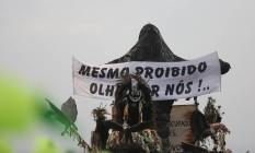 Cristo coberto da Beija-Flor foi lembrado pela Acadêmicos do Tatuapé Foto: Marcos Alves / Agência O Globo