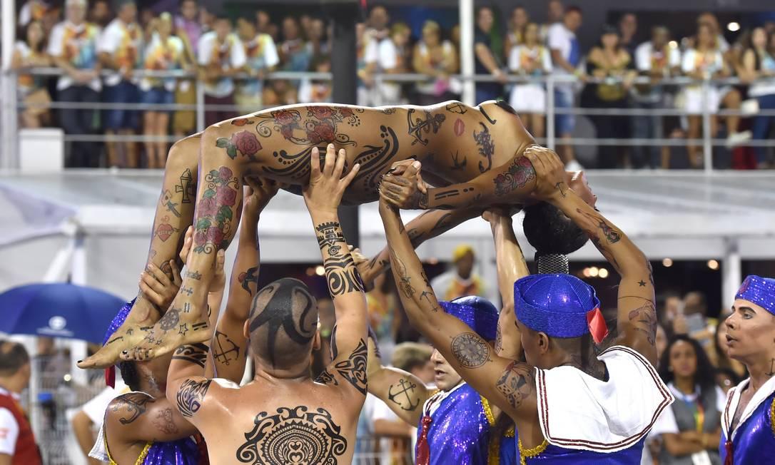 Rosas de Ouro teve como tema a história da tatuagem NELSON ALMEIDA / AFP