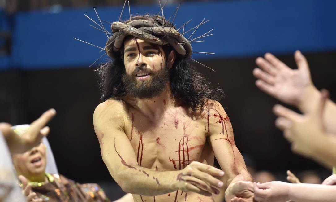 """Águia de Ouro fez """"samba-procissão"""" com homenagem à Virgem Maria. Até Cristo esteve na avenida NELSON ALMEIDA / AFP"""