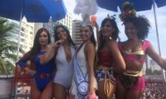 Ísis Valverde, no meio, lidera o grupo de famosas no bloco da Favorita Foto: Carolline Vieira