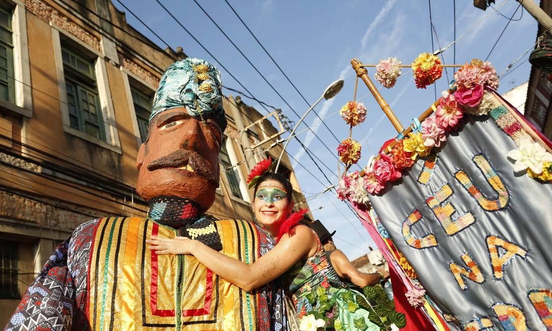 Os tradicionais bonecos de Olinda do bloco ficaram negros, em homenagem à Africa Ana Branco / Agência O Globo