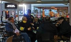 Imigrantes judeus franceses deixaram Paris e se encontram em um cafe em Netanya, em Israel Foto: RINA CASTELNUOVO / NYT