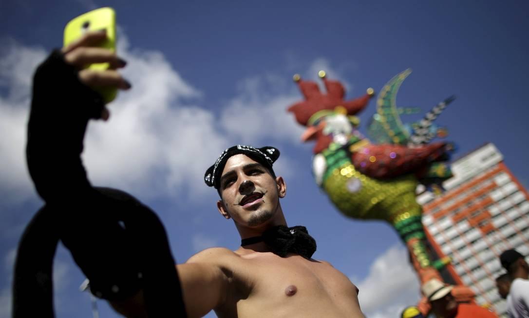 Um folião aproveita para tirar um selfie durante o Galo da Madrugada UESLEI MARCELINO / REUTERS