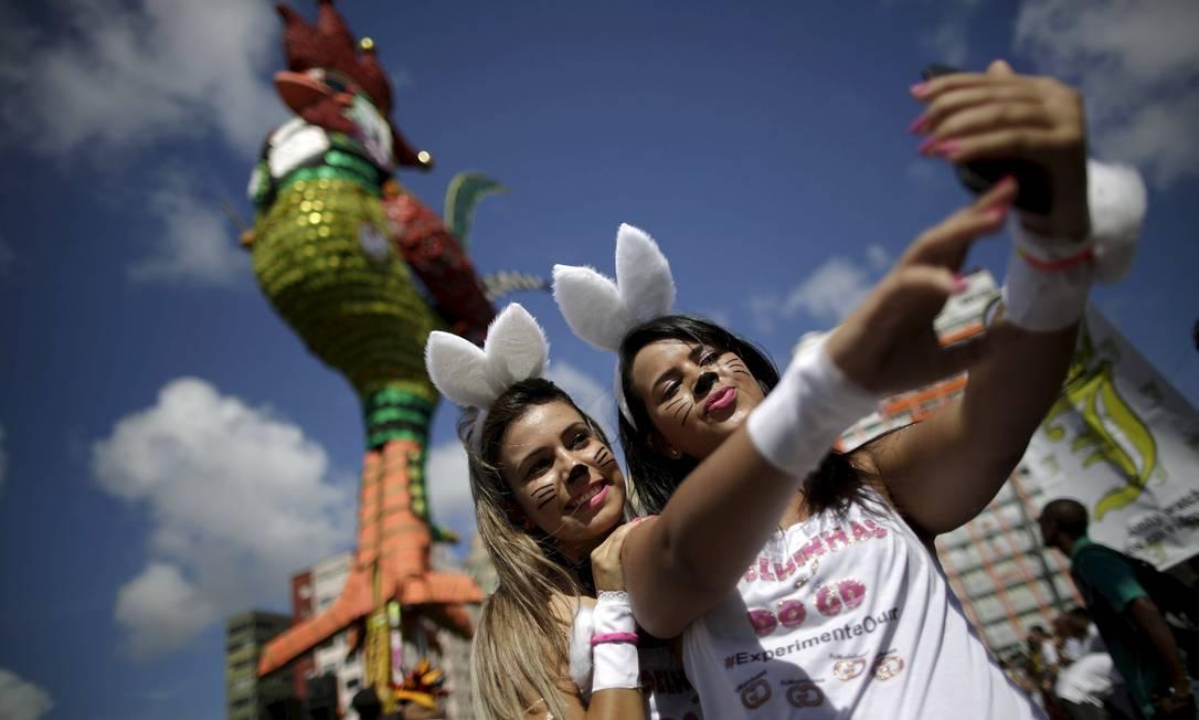 Duas jovens fantasiadas de coelhas durante o desfile do tradicional Galo da Madrugada, em Recife UESLEI MARCELINO / REUTERS