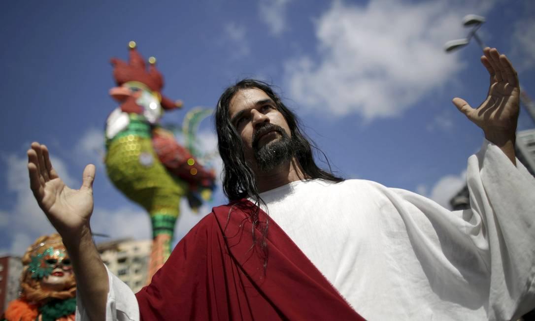 Um folião fantasiado de Jesus Cristo no desfile do Galo da Madrugada, em Recife UESLEI MARCELINO / REUTERS