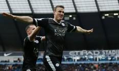 Robert Huth comemora um dos dois gols que marcou na vitória sobre o Manchester City Foto: ADRIAN DENNIS / AFP