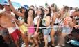 Foliões curtem o Bloco da Favorita que desfilou na Praia de Copacabana