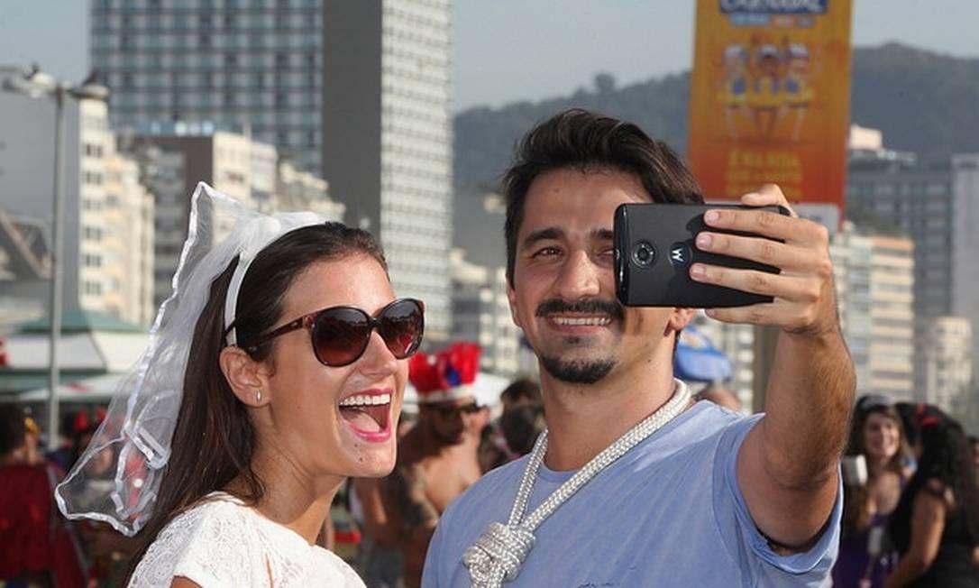 O casal tira uma selfie durante o bloco Eny Miranda/Riotur