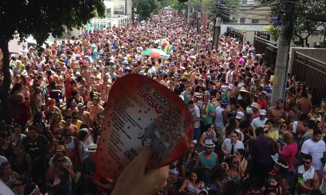 Foliões se divertem no bloco do Barbas Amanda Prado / Agência O Globo