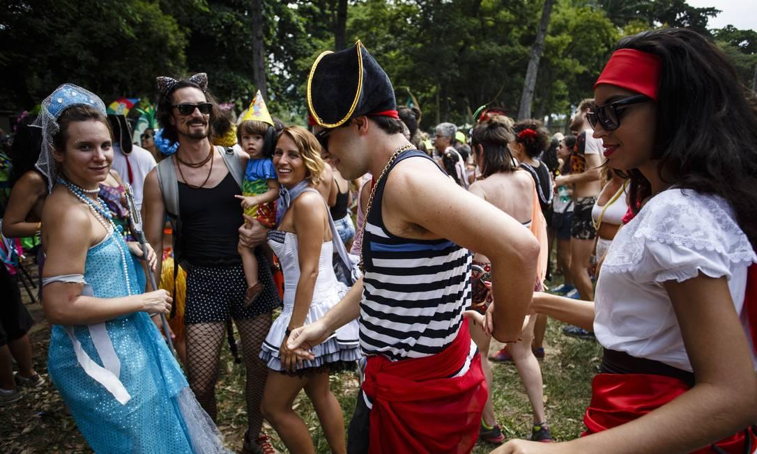 Foliões fantasiados se divertem no Terreirada Cearense Fernando Lemos / O Globo