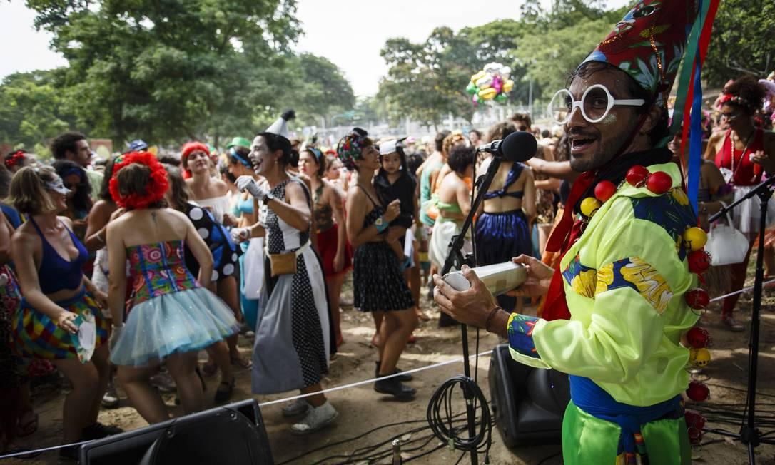 O bloco teve participações especiais de convidados e do público, que foi convocado a trazer seus próprios instrumentos Fernando Lemos / Agência O Globo